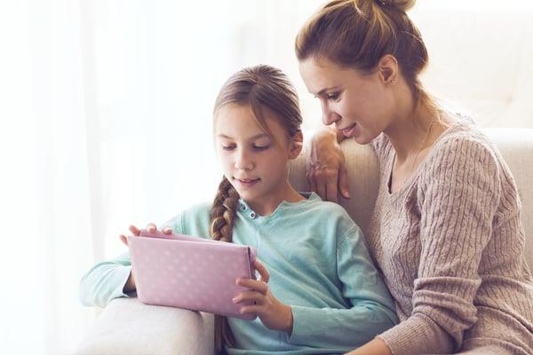 Mor læser med sit barn